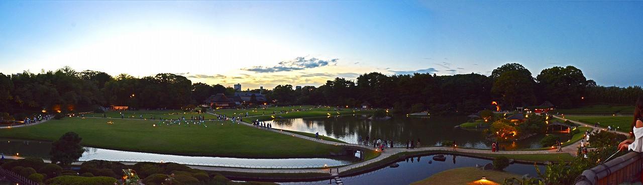20180825 後楽園夏の幻想庭園今日25日唯心山頂上から眺めたアートバルーンの様子ワイド風景 (1)