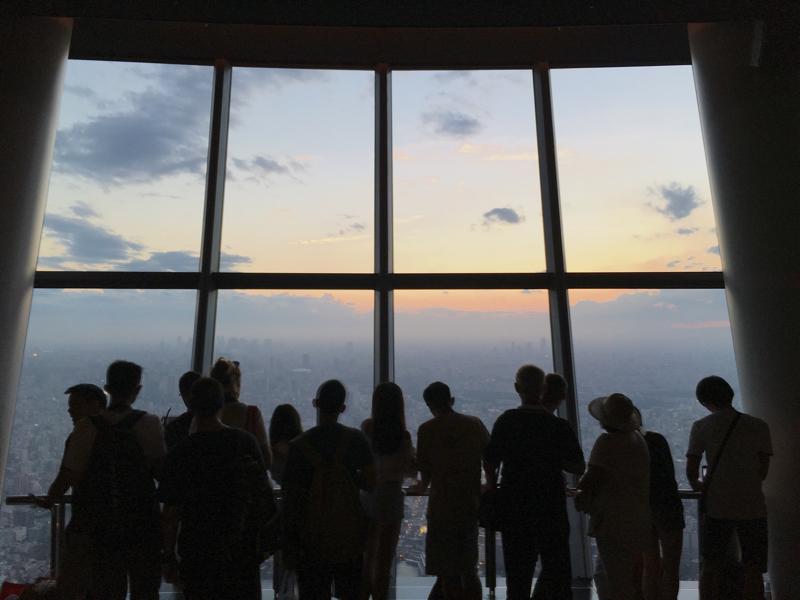 東京スカイツリー 350mからの光景を楽しむ人たち