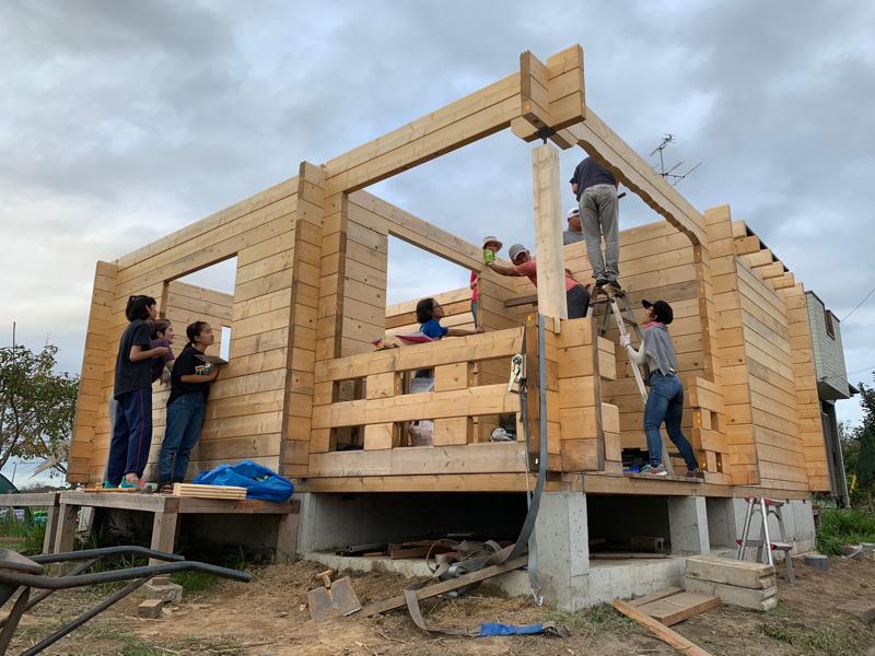 湖畔のログハウス建設現場