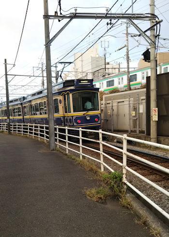 10/6 江ノ電 鎌倉駅近くの踏切で