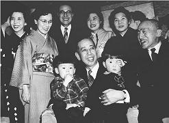 20180828首相に就任した祖父の岸信介に抱かれる安倍晋三(右)