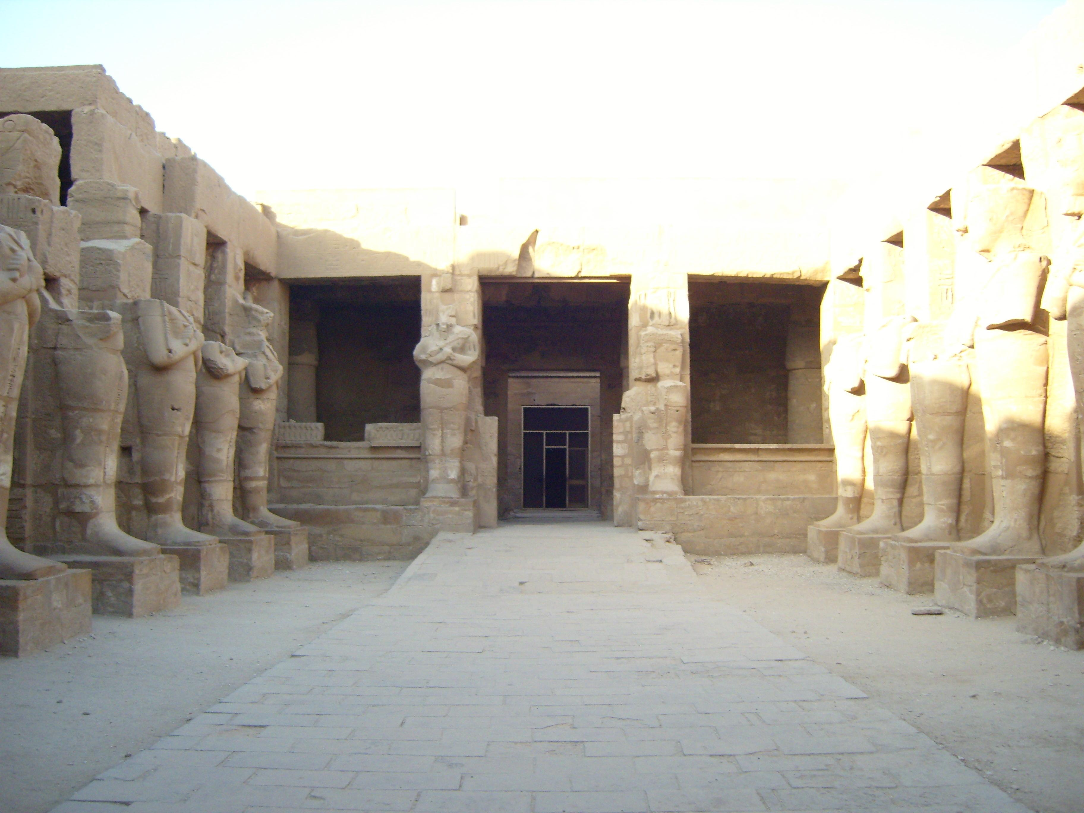 Karnak_Ramses_III_temple_court.jpg
