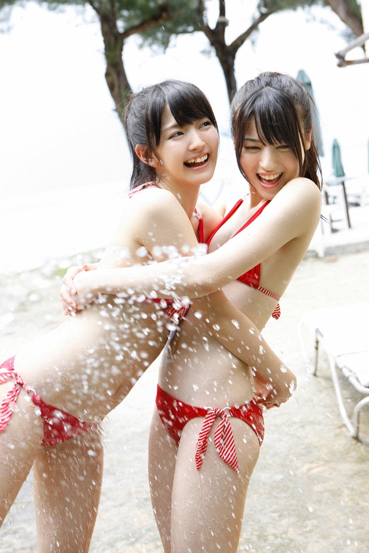 PINKのビキニ 鈴木愛理 赤のビキニ 矢島舞美 放水 抱き合う二人