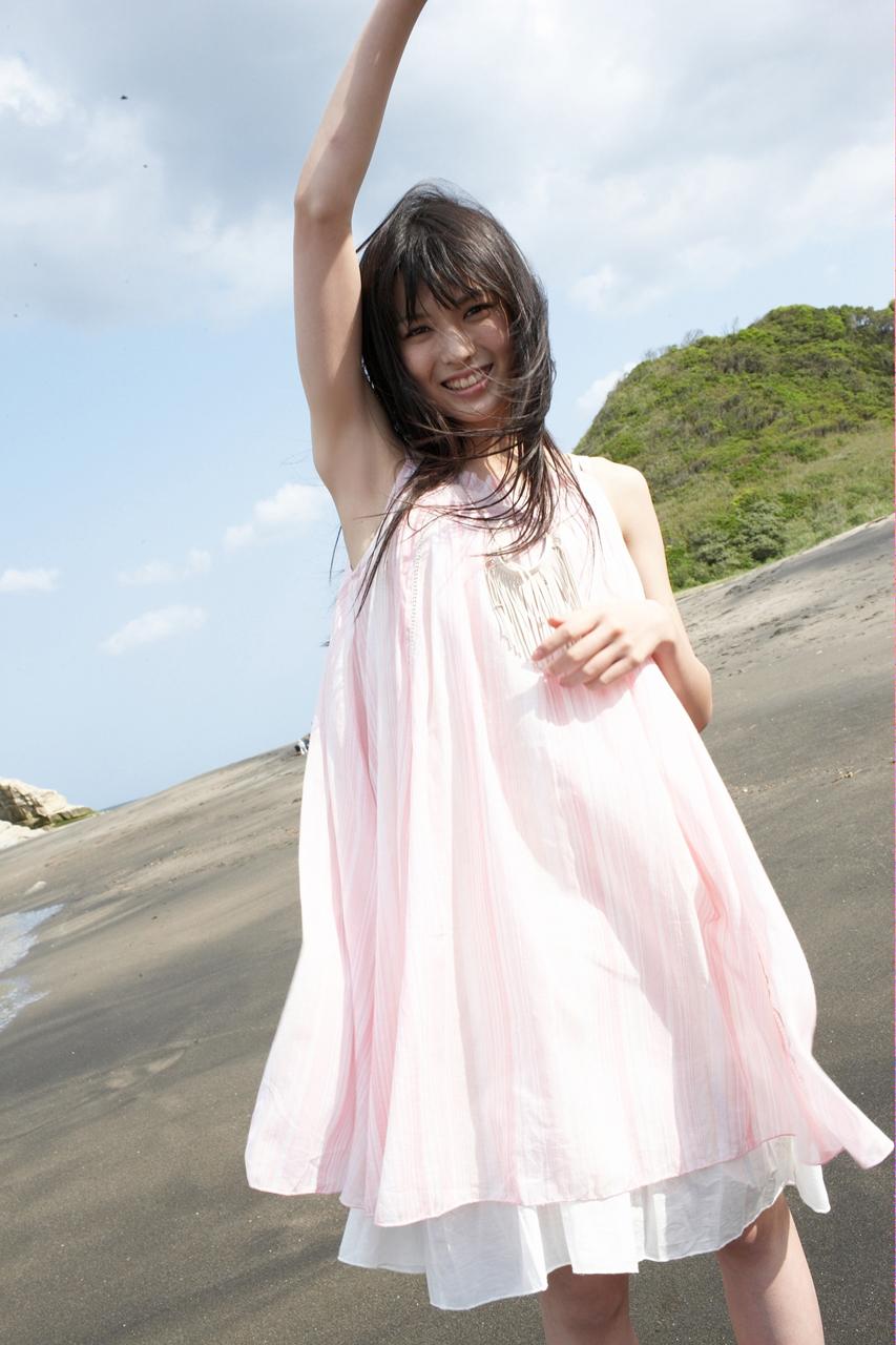 PINKのワンピ 砂浜 脇の下に萌えー! 矢島舞美