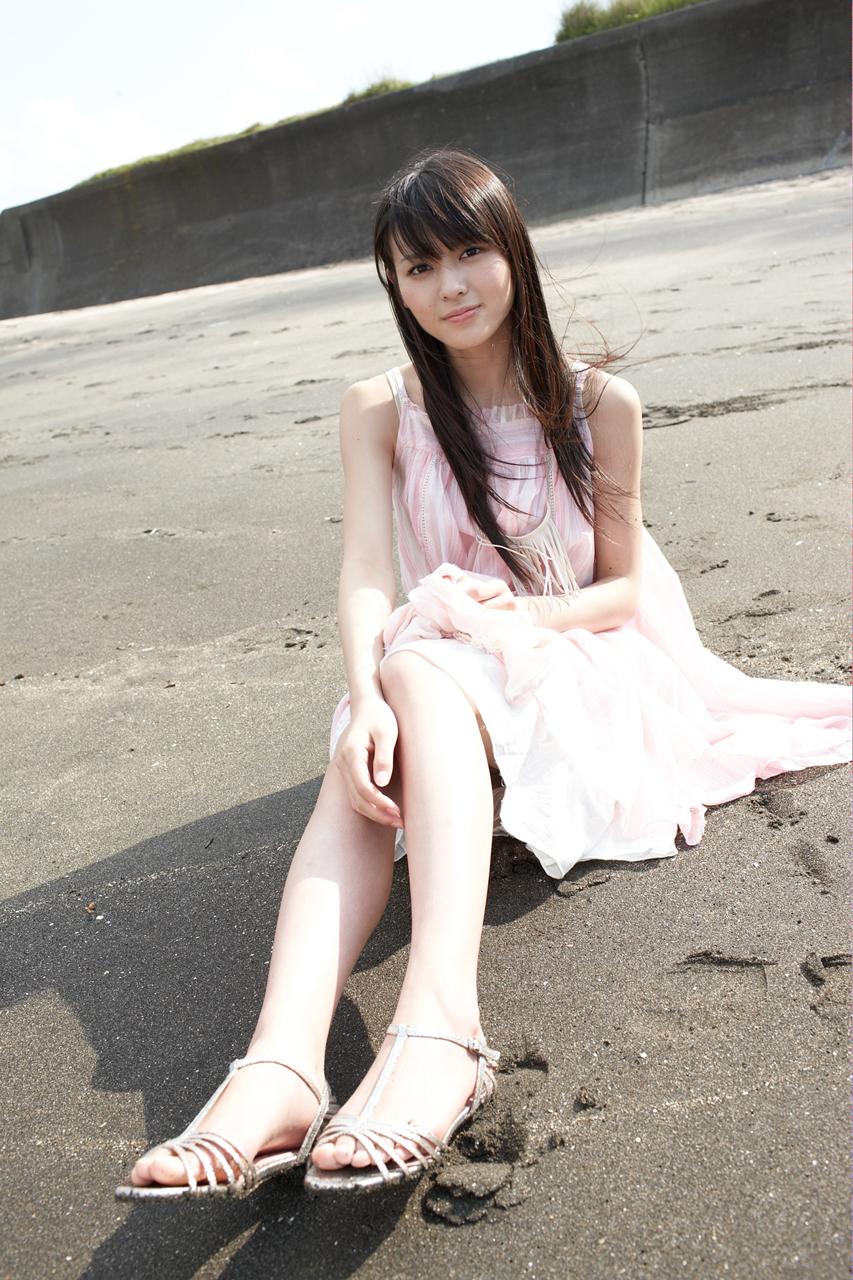 PINKのワンピで砂浜に座る矢島舞美 1