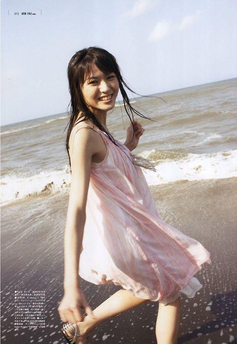 PINKのワンピで砂浜を走る矢島舞美