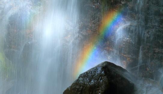 飛沫に虹の八岳ノ滝