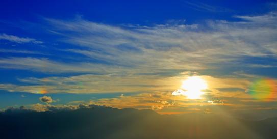沈む太陽と山と彩雲