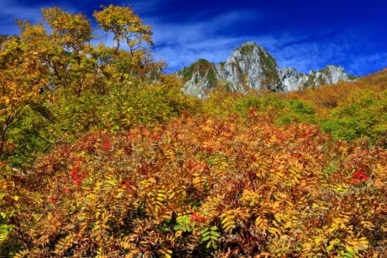 宝剣岳を彩る紅葉と雲