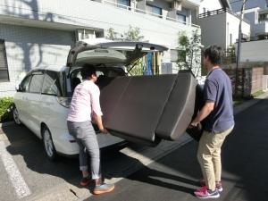 お車から大きな荷物を運び出していらっしゃいます