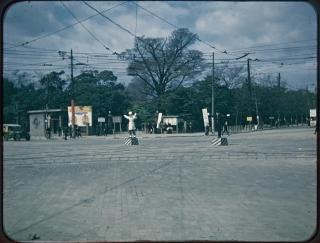 日比谷公園交差点(有楽門前)での交通整理の米軍兵士と日本人警察官~東京都