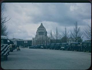 国会議事堂とスクールバス~東京都