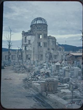 原爆ドーム(広島県産業奨励館)と焼け跡風景~広島県