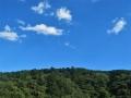 青い空と山