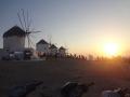 夕日を見る人々