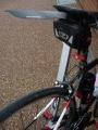 180901御幸橋で休憩。泥だらけのバイク