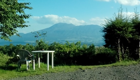 庭先よりの浅間山です