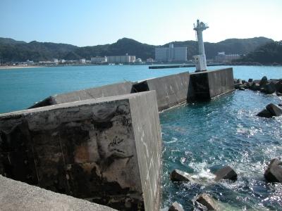 台風23号の大波で破壊されたすさみ漁港(04/10/22)