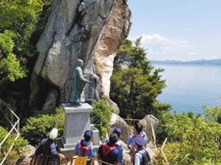 縦に真っ二つに裂けた多景島の題目岩