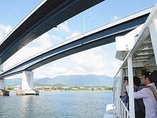 昨年開催された琵琶湖大橋探検ツアーの様子