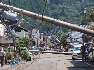 台風21号の猛烈な風で約150mに渡って電柱が倒壊した海津の町並み