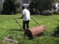 800px-Right_usage_of_the_hand_operation_leveling_of_ground_roller,_also_known_as_-Kondara-