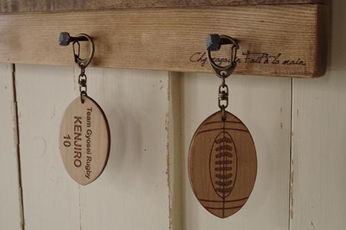 オーダーメイドの文字入り木製キーホルダー