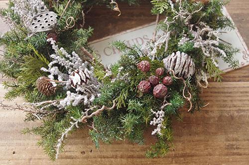 バラの実と白塗装したメタセコイアのクリスマスリース