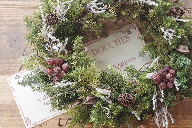 シンプルな大人カラーに仕上げたバラの実とソフトストーべのクリスマスリース♪