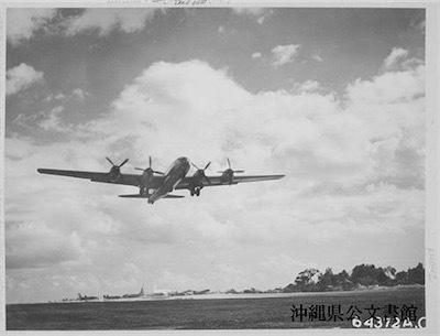 読谷の飛行場を離陸するB29=1945年8月9日撮影(県公文書館所蔵) 813fe2e5376c65f065bb1053bc4b06d1