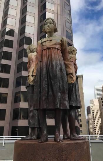 サンフランシスコ市内に「女性の強靭さの柱」という作品名で設置された慰安婦記念碑=作家スチーブン・ワイアットのフェイスブックより