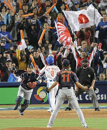 以前からオリンピックやサッカーや野球の試合でも、日本の応援団は旭日旗を使用してきたが、何の問題もなかった。