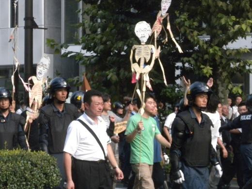 平成23年8月15日、先帝陛下の骸骨人形振り回し、天皇陛下の戦没者慰霊や被災地お見舞いも糾弾する「反天連」の「反靖国反天皇デモ」