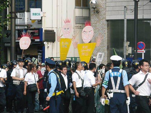 平成24年8月15日、意味不明な人形を振り回して皇居と靖国神社へ向かうキチガイ極左と朝鮮人ども(反天連)(関連記事2)