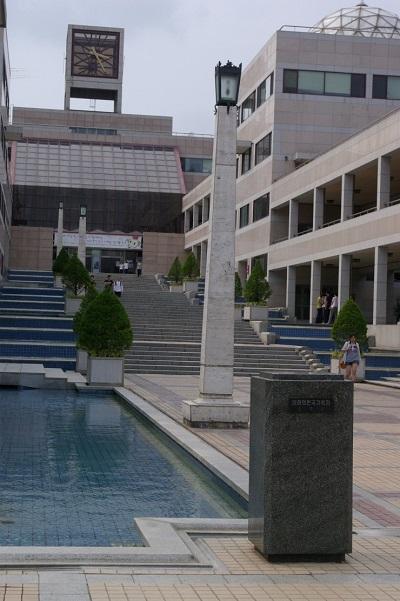 慶尚北道浦項市の浦項工科大学校の空の台座