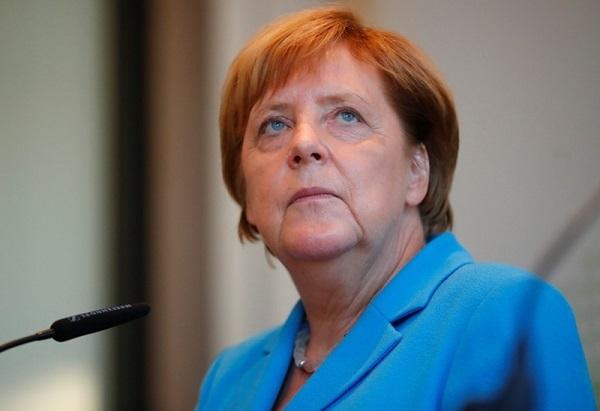 メルケル独首相、難民の本国送還強化を表明 極右のデモ受け