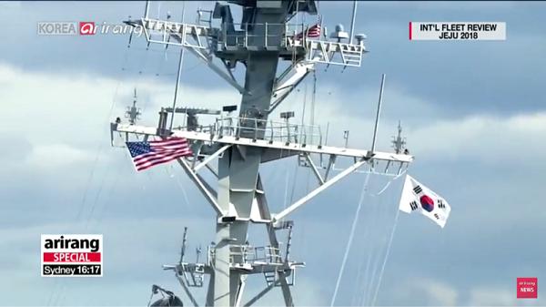 アメリカ:国旗と海軍旗と太極旗