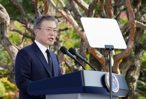 写真 記念式典で演説する文大統領=14日、天安