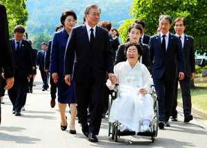 文氏、慰安婦問題「普遍的な人権の問題」 式典で演説