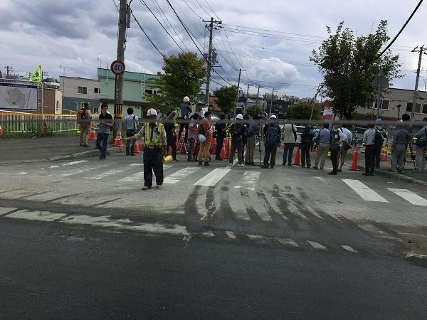 この画像は地震による液状化現象の被害が発生した札幌市清田区某所ですが、皆さんは何故近隣に取材車両を駐車されるのでしょうか?