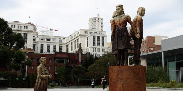 記念碑は、韓国、中国、フィリピンの少女が互いに手を握って輪になって立ち、これを韓国居住の慰安婦被害者として初めて被害の事実を実名で証言したキム・ハクスンさんが眺めている形状