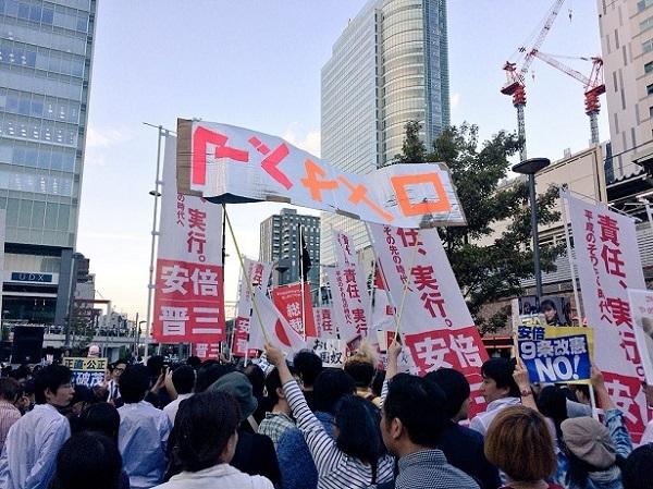【こんな人たち】安倍首相の秋葉原演説、石破支持者たちが大暴れ 妙なプラカ掲げ「アベ辞めろ」と罵声