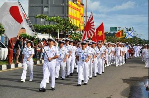 シティパレードにて行進する「いせ」乗員(2016年4月12日インドネシア)