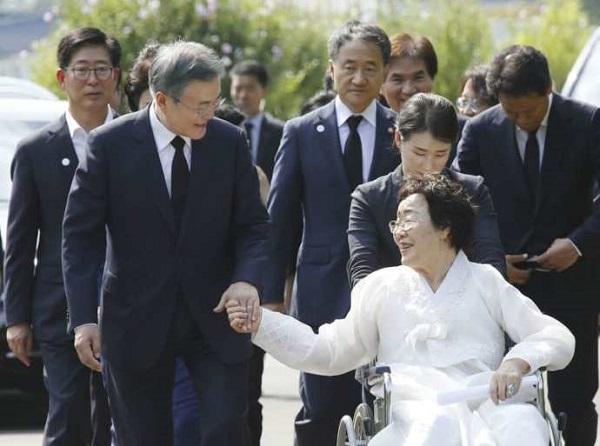 文大統領、慰安婦記念の式典出席 日韓の「外交紛争望まず」