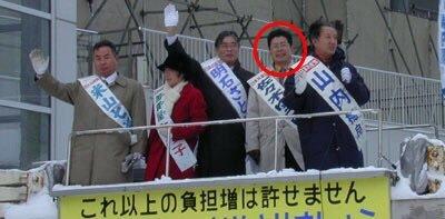 右から2番目が佐々木勇進。 ▽イージス・アショア反対デモでマイクを持って演説している。