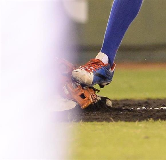 中川卓也選手の手をグラブごと踏みつけるキム・デハン選手の足=5日、KIRISHIMAサンマリンスタジアム宮崎(水島啓輔撮影)