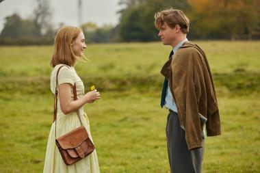 『追想』 フローレンス(シアーシャ・ローナン)とエドワード(ビリー・ハウル)のふたり。回想シーンで描かれるふたりは幸福感に満ちている。エドワードの母親とフローレンスのエピソードは、フローレンスが得難い女性だということを示していたのだが……。