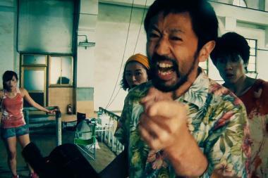 『カメラを止めるな!』 劇中劇「ONE CUT OF THE DEAD」の1シーン。監督役の濱津隆之はカメラに向かって「カメラは止めない」と宣言する。