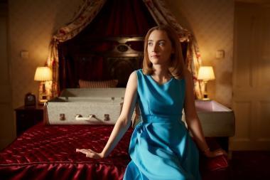 ドミニク・クック 『追想』 新婦フローレンス(シアーシャ・ローナン)は初夜にも関わらずどこか浮かない表情を浮かべている。