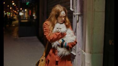 『若い女』 ポーラは家を追い出され、ネコと共にパリを彷徨う。頭には傷があるし、ニンジン色のコートは病院で拾ったものである。